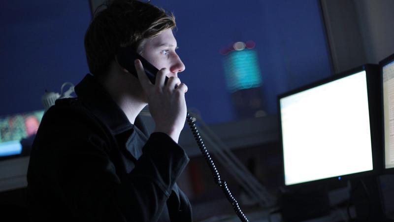 Mensch arbeitet nachts