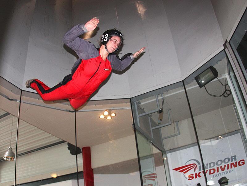 Bild zu Redakteurin Silke beim Indoor Skydiving