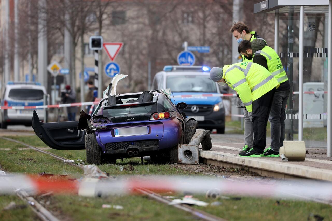 Bild zu Auto fährt in Leipzig in Menschengruppe