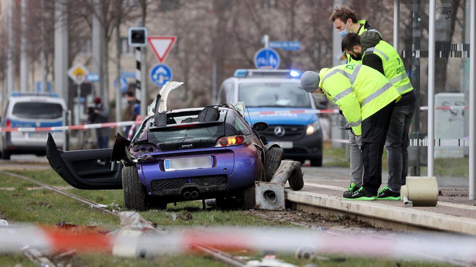 Auto fährt in Leipzig in Menschengruppe