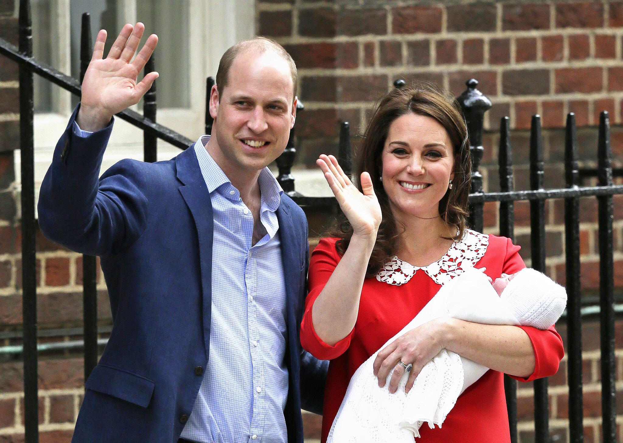 Bild zu Herzogin Kate bringt Jungen zur Welt