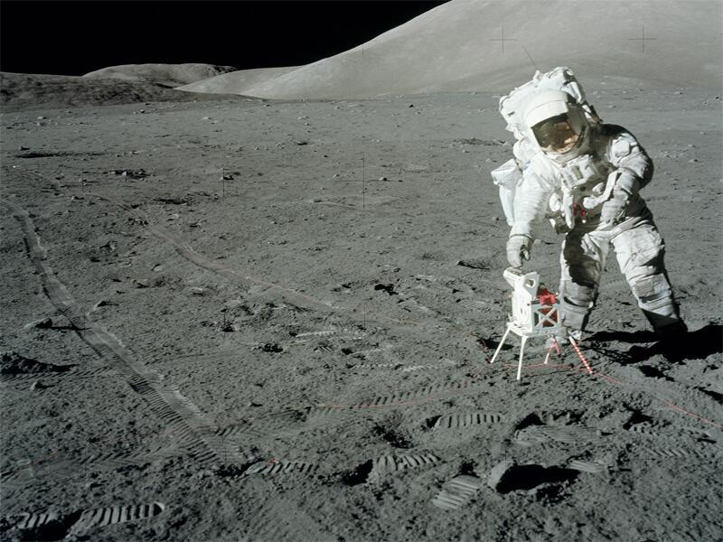 Bild zu Jack Schmitt mit einem Transmitter