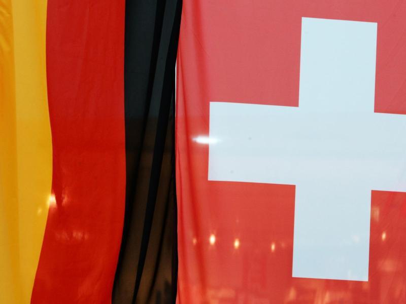 Bild zu Deutsche und Schweizer Flagge