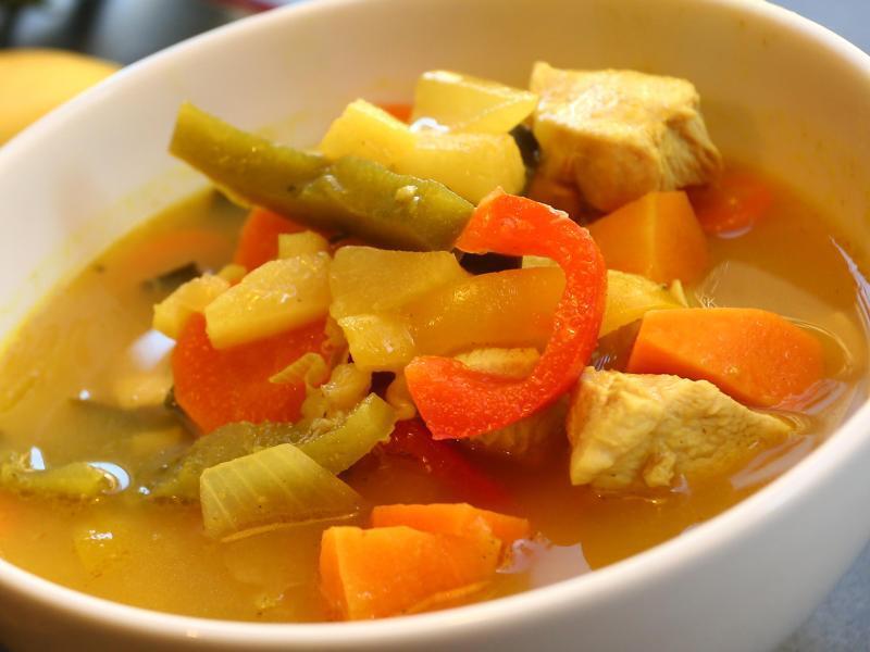 Bild zu Suppe mit steht auf einem Tisch