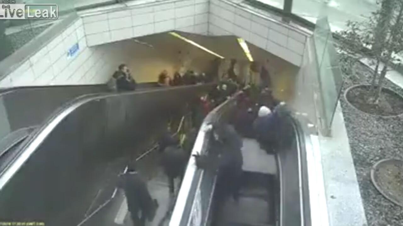 Bild zu Horror in der Metro: Rolltreppe verschluckt Mann