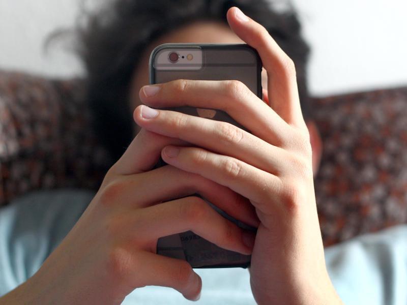 Bild zu Jugendlicher mit Smartphone