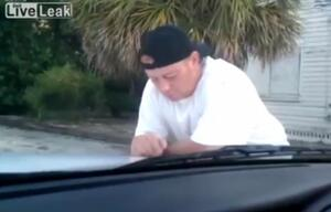 Dumm gelaufen: Betrunkener schläft auf Polizeiauto ein