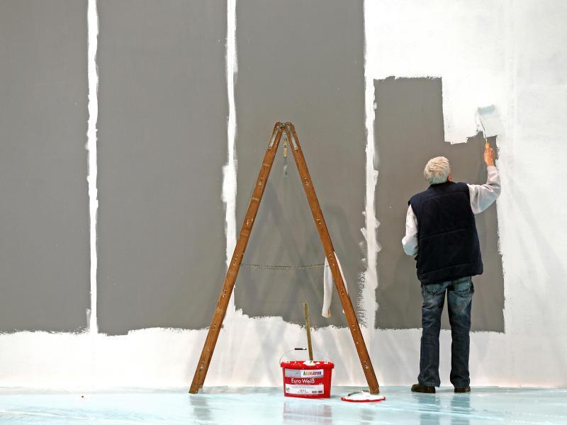 Bild zu Älterer Mann arbeitet als Maler