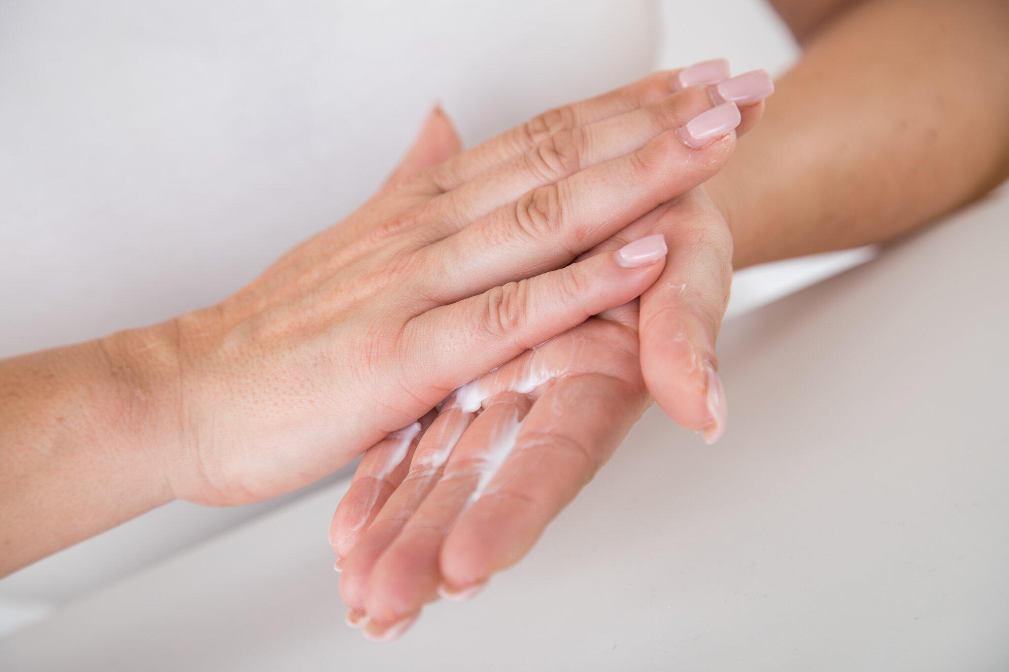 Bild zu Nach dem vielen Waschen: Die Hände intensiv eincremen