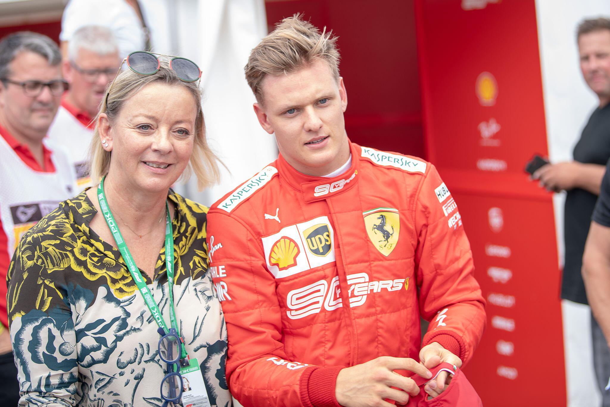Bild zu Mick Schumacher und Managerin Sabine Kehm