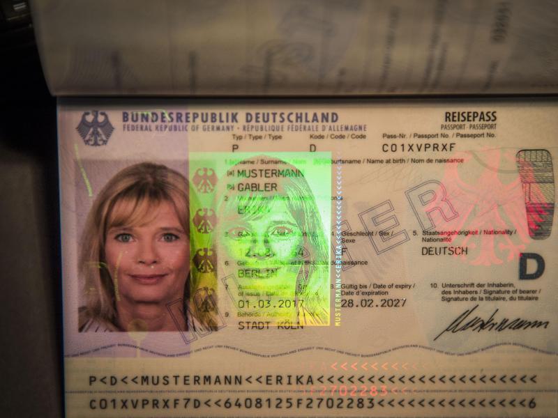 Bild zu Neuer Reisepass vorgestellt