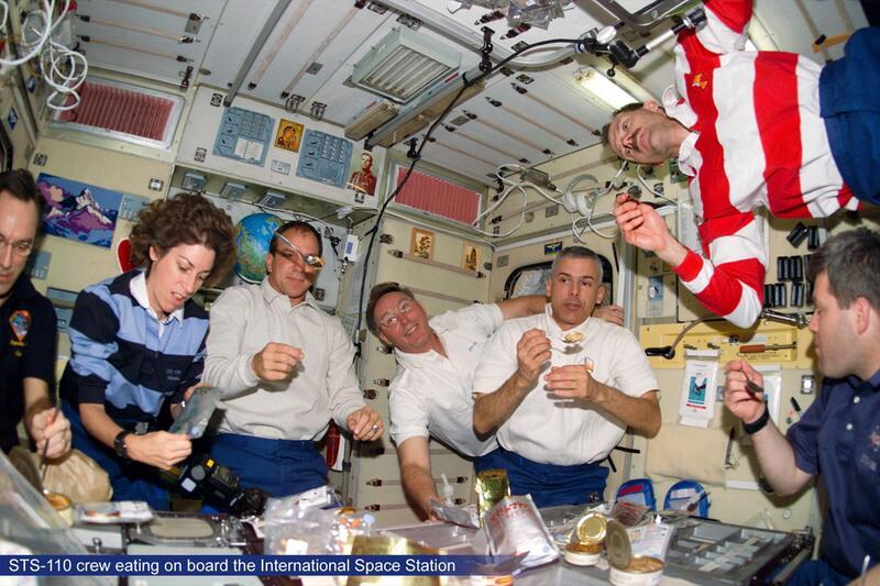 Bild zu Astronauten zu Tisch in der ISS