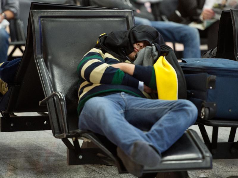 Bild zu Passagiere schlafen am Flughafen