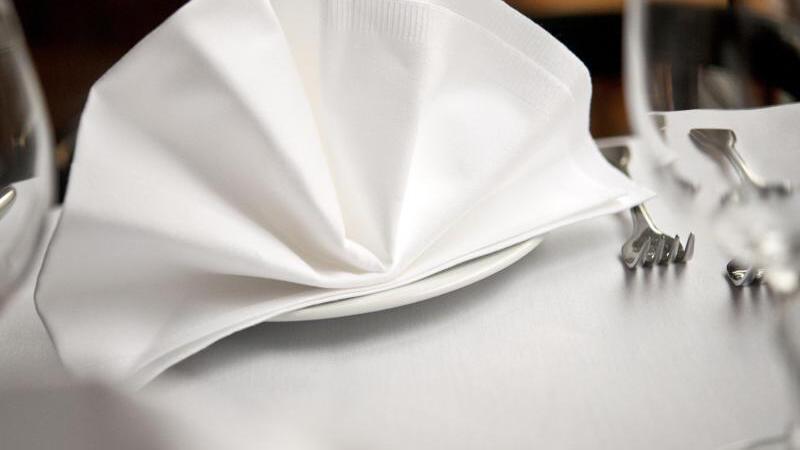 Tisch mit Besteck und Serviette