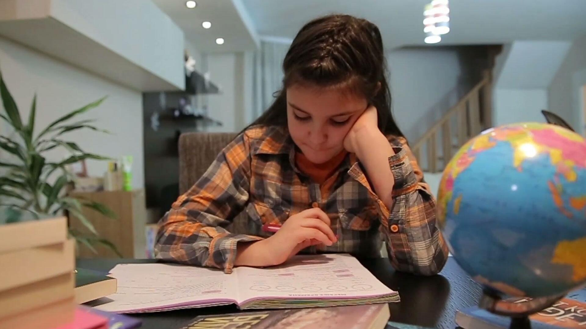 Bild zu Mädchen, Schülerin, Lernen, Buch, Schreibtisch, Schule, Globus