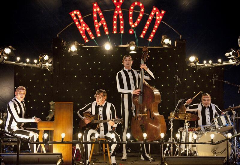 Bild zu Felix Murot (Ulrich Tukur, links, mit den Rhythmus Boys) musiziert lieber statt zu ermitteln.