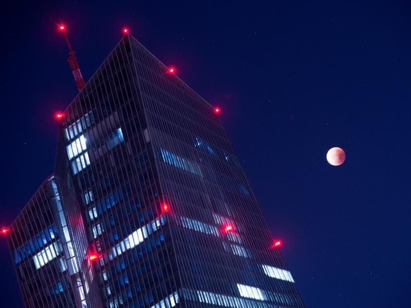 Bild zu Mondfinsternis über Frankfurt am Main