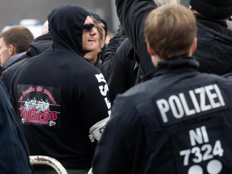 Bild zu Hooligans gegen Salafisten