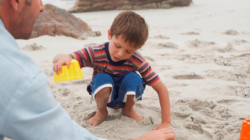 Vater und Sohn am Strand