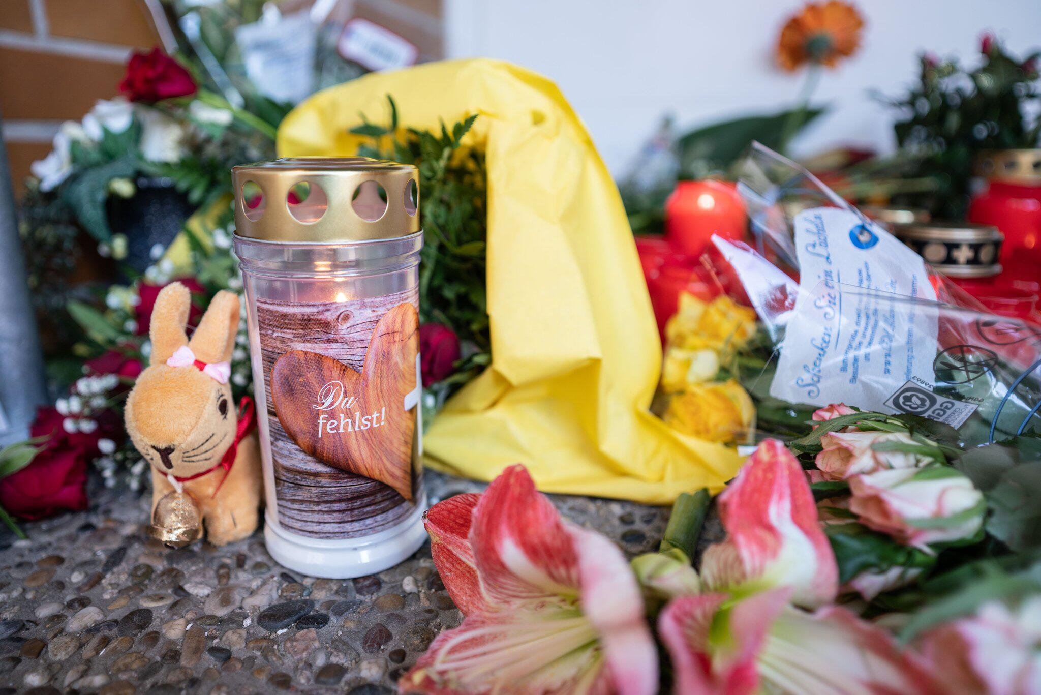 Bild zu Kindergarten, Trauer, Kind, Kerzen, Blumen, Frankfurt/Main, Seckbach