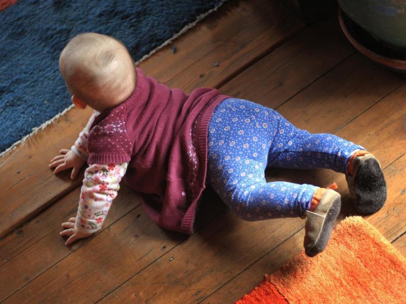 Bild zu Krabbelndes Baby