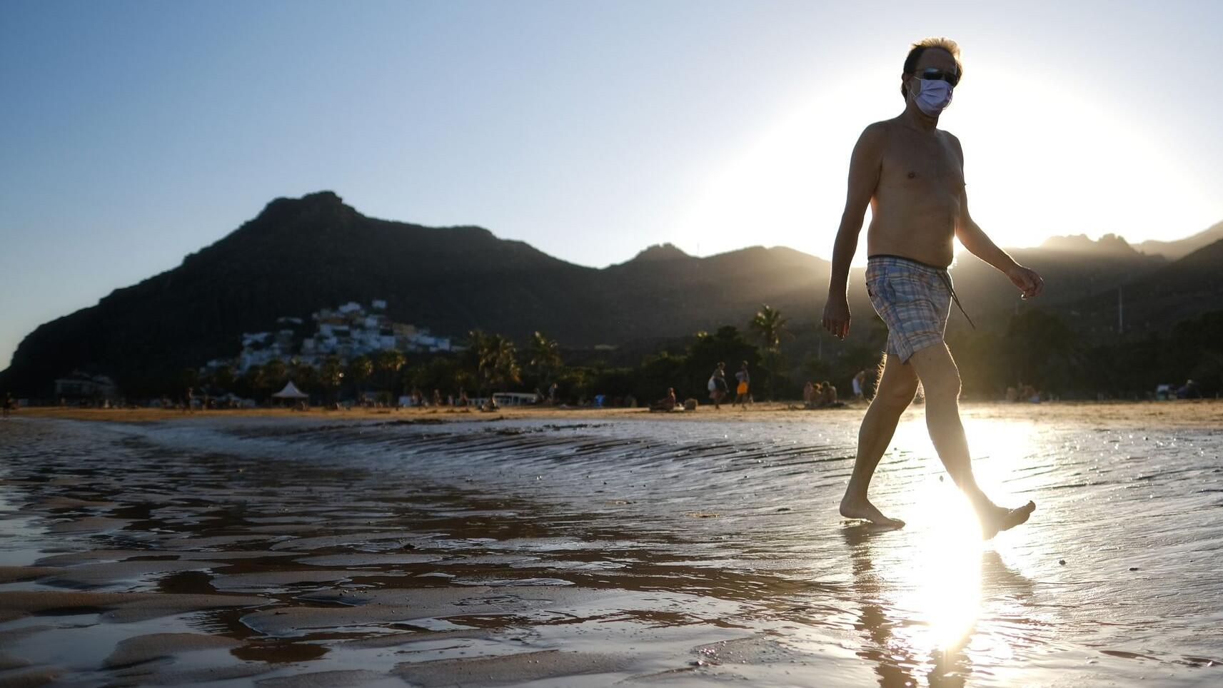 Bild zu Coronavirus - Touristen auf den Kanaren