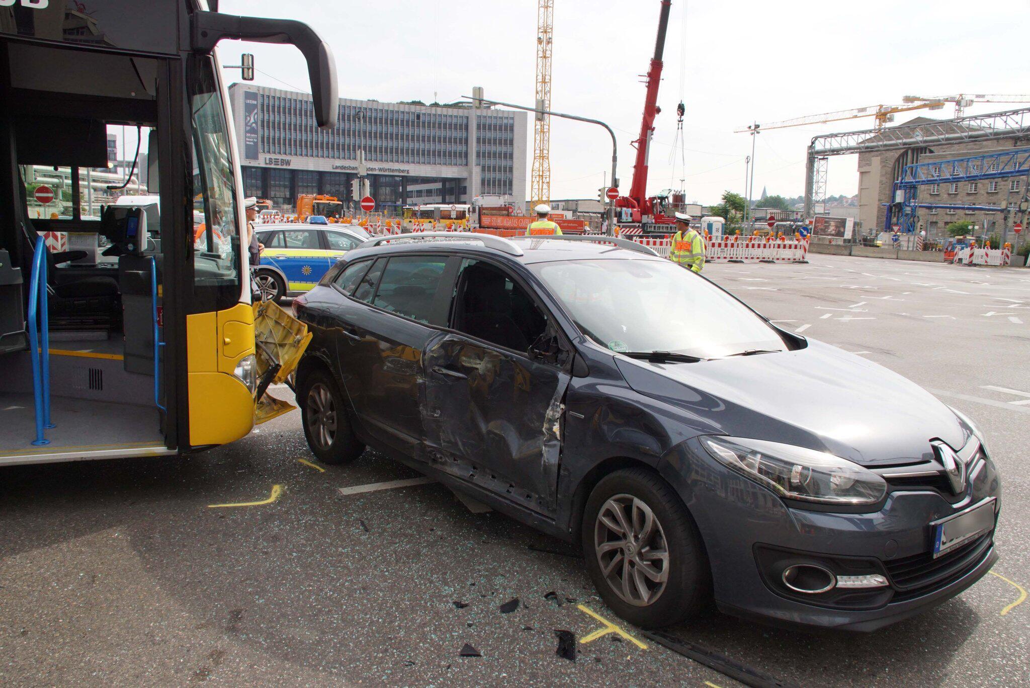Bild zu Busunfall in Stuttgart