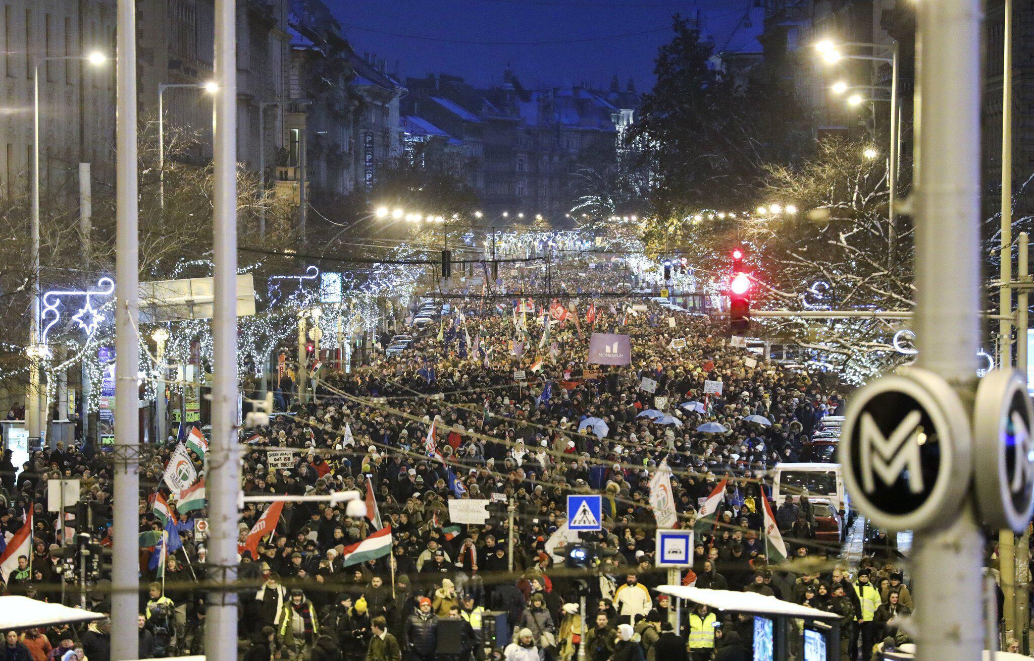 Widerstand gegen Arbeitsgesetz: Tausende Ungarn protestieren gegen Orban