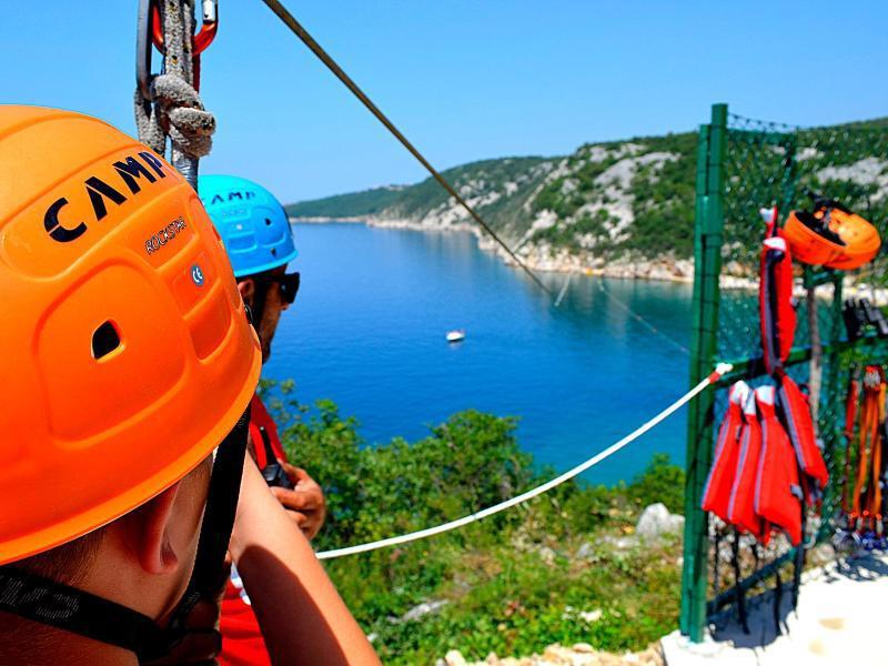 Bild zu Neue Zipline-Strecke über demMeer in Kroatien