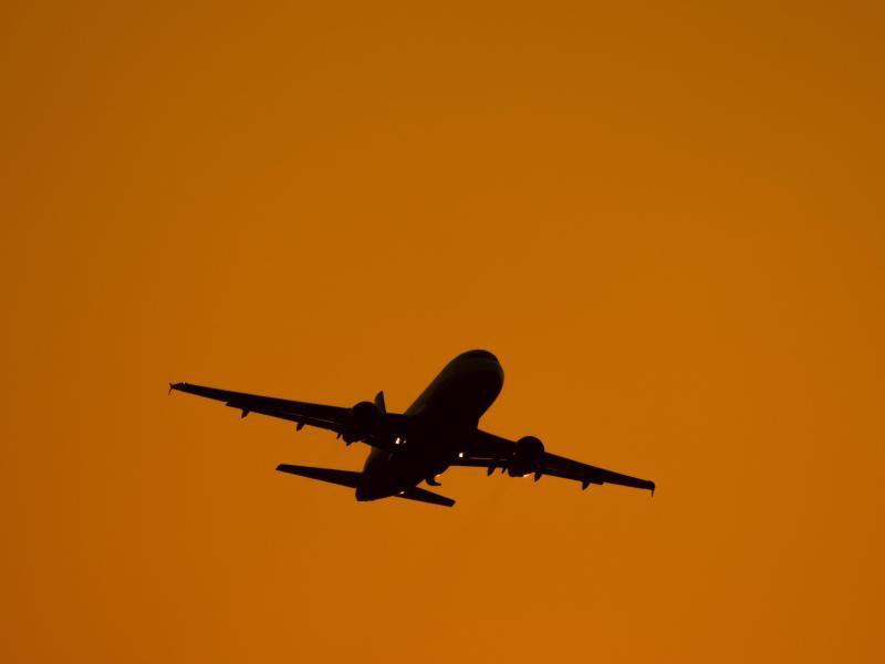 Bild zu Ein Flieger startet in der Abendsonne