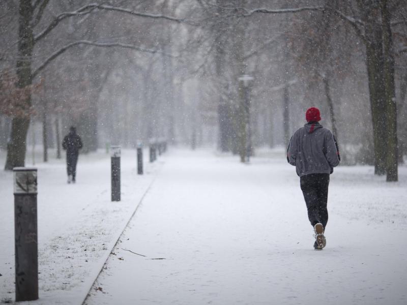 Bild zu Jogger im Schnee
