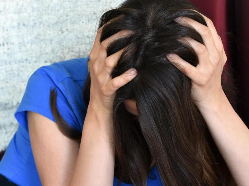 Bild zu Niedergeschlagene Frau