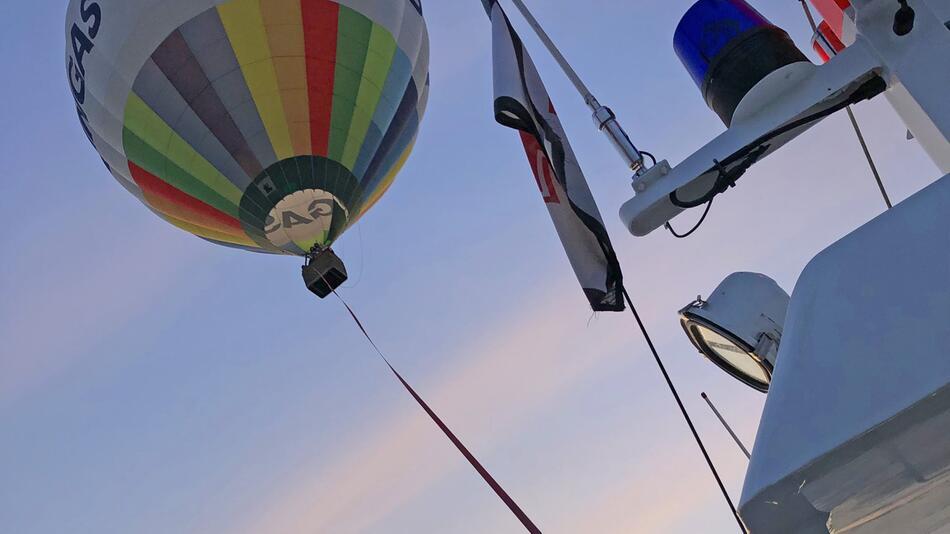 Seenotretter schleppen Heißluftballon nach Zinnowitz