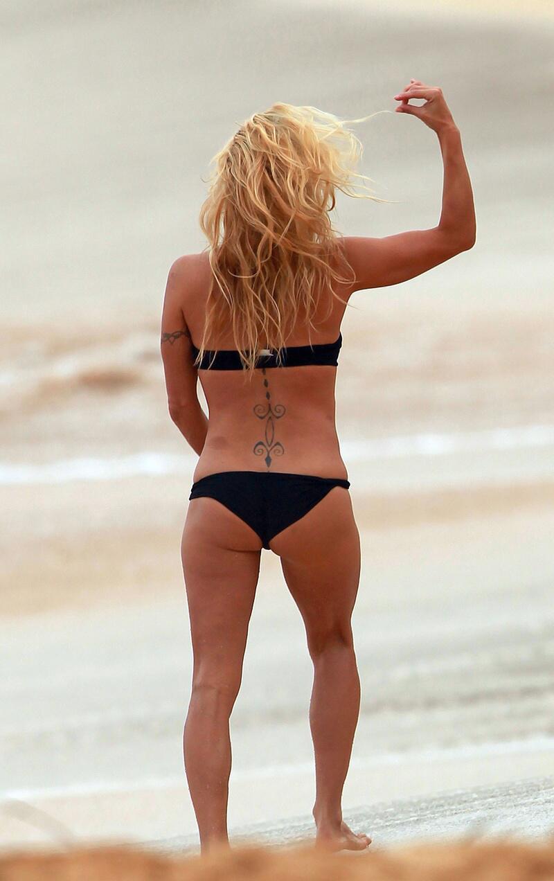 Bild zu Sexy Badenixe spielt mit ihrem Haar