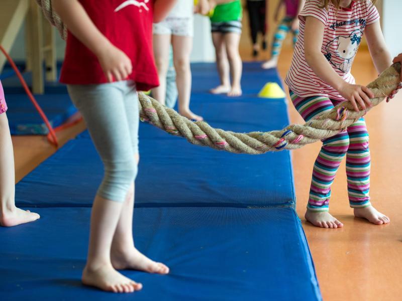 Bild zu Kinder beim Sportunterricht