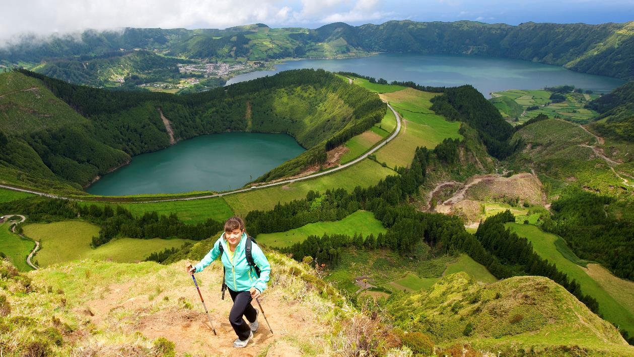 Bild zu Frau wandert auf Azoren-Insel
