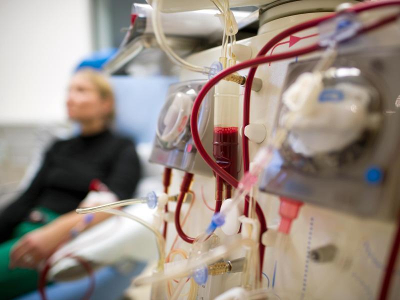 Bild zu Patientin bei der Dialyse