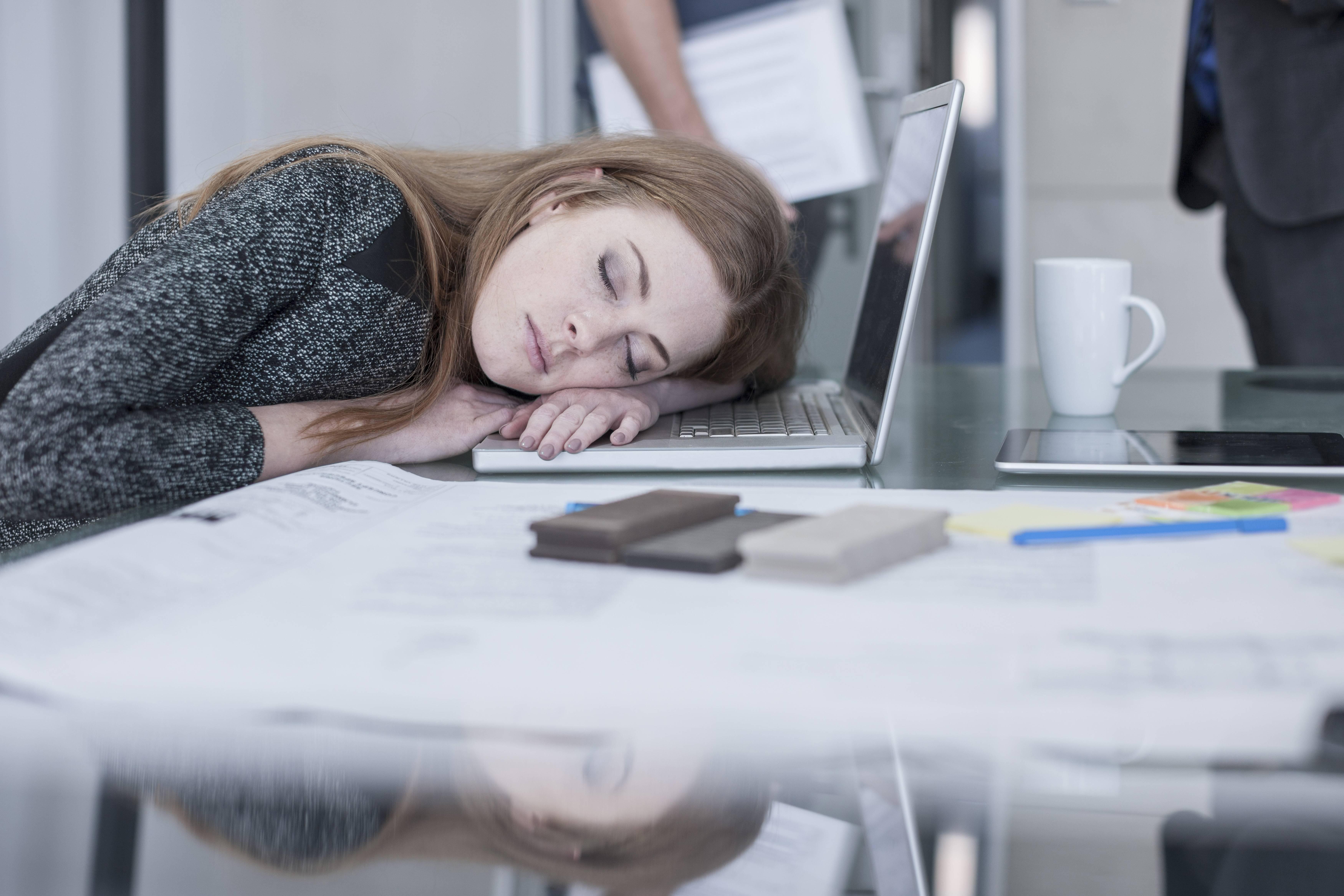 Bild zu schlafen müdigkeit büro