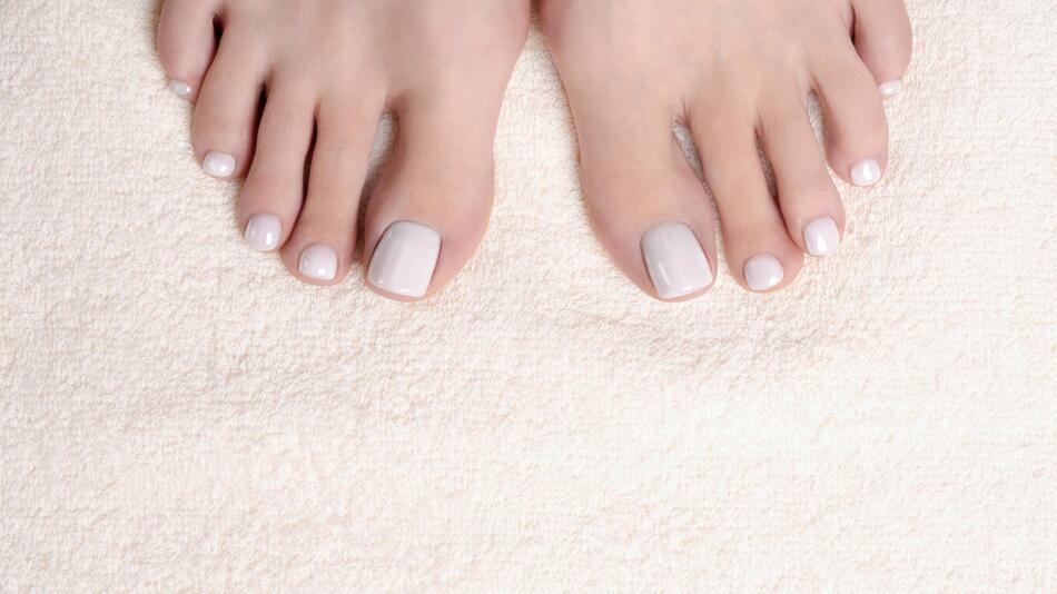 Pediküre, Fußpflege, Fußbad, Peeling, Hornhaut, Sommer, Flip-Flops, Tipps, Produkte